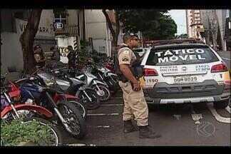 Câmeras do sistema de vigilânca ajudam polícia a deter suspeito de furto em Uberlândia - Homem é suspeito de furtar motos no Centro. Viaturas foram deslocadas para estacionamento na esquina da Avenida João Pinheiro e Rua Olegário Maciel.