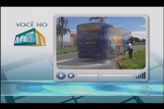 VC no MGTV: Mais um ônibus intermunicipal é flagrado com problemas em Uberlândia. - Veículo é da mesma empresa que teve dois carros incendiados por causa de problemas mecânicos na última semana. Empresa não se posicionou.