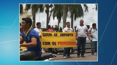 Professores fazem protesto em frente à prefeitura de Coari, no AM - Profissionais cobram pagamento de salários atrasados.