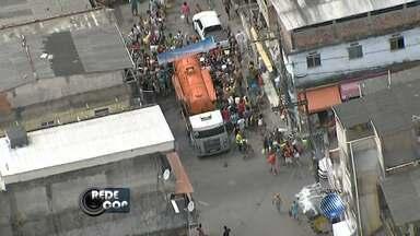 Moradores do bairro do Uruguai fazem longa fila para pegar água - O bairro é um dos 34 que estão sem água desde o rompimento da principal adutora da Embasa que abastece a cidade.