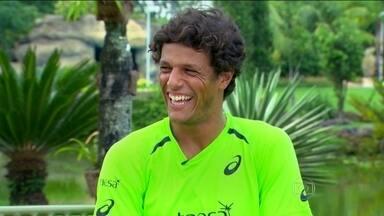 João Souza relembra trajetória até se tornar o tenista número 1 do Brasil - Número 70 do ranking mundial, tenista acredita que dieta ajudou na melhora do desempenho dentro das quadras mas o feijão segue como alimento favorito.