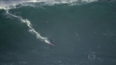 """""""Mulheres espetaculares"""": após acidentes, Maya Gabeira volta a encarar ondas gigantes - Surfista brasileira retorna às águas depois de cirurgias e cinco meses de recuperação."""