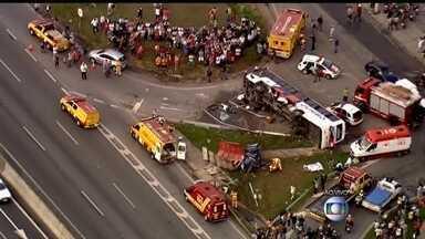 Bombeiros resgatam feridos em grave acidente na Rodovia Anhanguera (SP) - A colisão envolveu um ônibus e um carro. Uma pessoa parou. Um helicóptero dos bombeiros precisou pousar na pista da rodovia, que liga a capital paulista ao interior do estado.