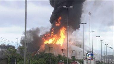 Incêndio em tanques interrompe trânsito e navegação na região do Porto de Santos (SP) - O fogo nos tanques de combustível já dura mais quase cem horas, mas, segundo previsão dos bombeiros, as chamas devem ser extintas ainda nesta segunda-feira (6).