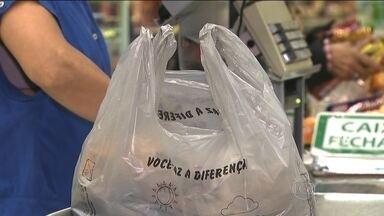Supermercados de São Paulo já cobram por sacolas de plástico recicláveis - Um decreto da Prefeitura de São Paulo proíbe os supermercados de oferecerem aos clientes as antigas sacolinhas plásticas. O novo modelo usa matéria-prima de cana de açúcar e são menos agressivas ao meio ambiente.