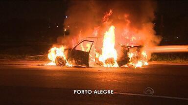 Carro pega fogo na Freeway, mas ninguém se fere - Três jovens estavam dentro do veículo.