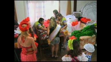 Veja os preparativos da Escola Nós de Casa para o carnaval - Festa ocorre neste final de semana.