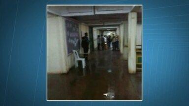 Chuva alaga escola municipal de Planaltina de Goiás - Os corredores e salas de aula da escola Darcy Ribeiro ficou alagada. A situação representa um risco para os alunos.