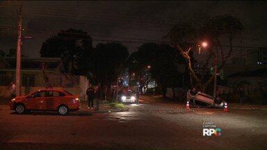 Carro colide contra táxi e capota - Ninguém ficou ferido, segundo a polícia.
