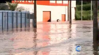 Avenida fica alagada após forte chuva em Teresina - Avenida fica alagada após forte chuva em Teresina