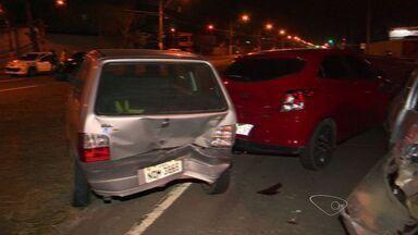 Batida entre carreta e cinco carros deixa um ferido em Vila Velha, ES - Motorista da carreta contou que não conseguiu frear em semáforo e bateu.