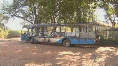 Ônibus é incendiado em Campinas, mas ninguém se feriu no ataque - De acordo com a Polícia Militar, a suspeita é de que a ação tenha sido uma represália contra a morte do dono de um lava jato. E o veículo é de uma instituição que cuida de crianças carentes.