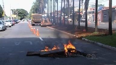 Comerciantes protestam contra corredor exclusivo de ônibus na Avenida T-7 - Grupo queimou pneus e bloqueou passagem de veículos. Segundo empresários não há necessidade de obras na região e que isso só vai trazer transtornos ao setor.