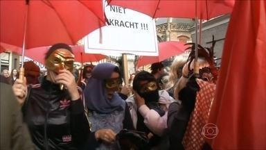 Prostitutas fazem protesto contra o fechamento das vitrines de Amsterdam - Na capital holandesa, prostitutas bateram tambores e marcharam pela cidade até a prefeitura. Elas reclamam que, com o fechamento das vitrines do Bairro da Luz Vermelha, diminuíram os lugares seguros para elas trabalharem.