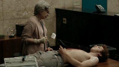 Kleber exige que Yolanda opere seu ferimento - Ele fica desconfiado, mas aceita a ajuda da senhora