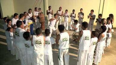 Projeto social de capoeira acolhe crianças e adolescentes de comunidades carentes - Para as crianças assistidas, um incentivo à educação, já que eles têm que frequentar a escola e ter boas notas para participar.