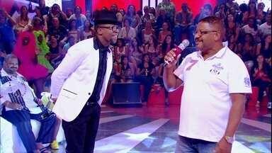 Quanta emoção! Mumuzinho canta com o pai no Esquenta! - Os dois agitam o programa com 'Faz um milagre em mim'