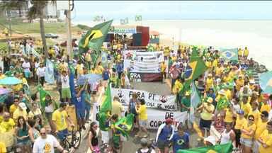 Manifestantes protestam contra o governo Dilma em São Luís - Participantes saíram em passeata pela Av. Litorânea, neste domingo (12).Organização diz que 3,5 mil participaram; PM informou 400.