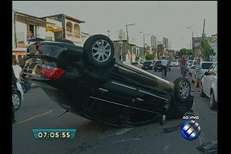 Veículo capota na avenida Alcindo Cacela, em Belém - Acidente aconteceu no início da manhã desta segunda, 13.O condutor teria perdido o controle do carro e batido em um táxi.