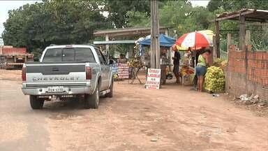 Ambulantes permanecem às margens da rodovia BR-010 - Mesmo após serem notificados para saírem das margens da rodovia BR-010, vendedores ambulantes insistem em permanecer no local. Um risco para eles e também para os motoristas.
