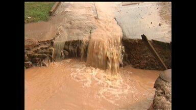 Problemas de infraestrutura nas ruas do bairro Nova República se intensificam com a chuva - Buraco se abriu com a força da chuva; rua foi cortada pela enxurrada.