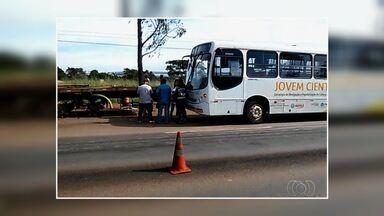 Motorista de ônibus embriagado é flagrado ao transportar crianças em Goiás - Homem foi interceptado quando trafegava pela BR-060, em Anápolis. À PRF, motorista alegou que tinha bebido cerveja em festa no dia anterior.