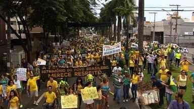 Manifestantes vão às ruas contra a presidente Dilma Rousseff em Goiânia - Grupos estimam que 20 mil pessoas participaram; PM diz que eram 2,5 mil.