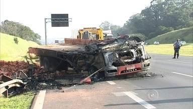 Caminhão tomba, pega fogo e interdita rodovia dos Bandeirantes - Um caminhão carregado com tijolos pegou fogo após capotar e interditar parcialmente a rodovia dos Bandeirantes na manhã desta segunda-feira (13). O acidente aconteceu por volta das 6h30 no km 59, em Jundiaí (SP).
