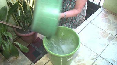 Constante falta de água tem causado transtornos aos moradores da Cambona - Casal informou que a falta de água na região é devido a um problema em uma das bombas do Sistema Catolé Cardoso.