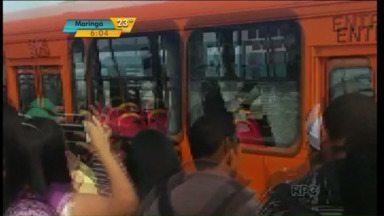 Moradores protestam em terminal e quase derrubam ônibus no PR; veja - Com o fim da integração, usuários pagam R$ 5,80 para ir para a capital.