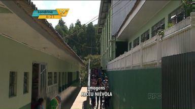 Pais reclamam de colégio por falta de funcionários de limpeza - Pais chegaram a filmar a situação precária da escola.