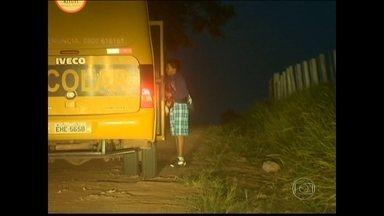 Crianças vivem drama para frequentar a escola em zona rural de Presidente Bernardes (SP) - Ir à aula todo dia virou um desafio perigoso para as crianças. No meio do caminho dos pequenos estudantes, apareceu uma ponte que ameaça desabar.