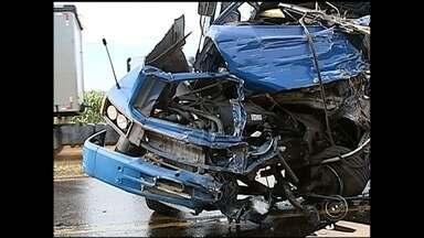 Motorista morre em acidente que interditou a Raposo Tavares, em Itapetininga - Um trecho da rodovia Raposo Tavares ficou interditado por mais de três horas na tarde desta segunda-feira (13) na região de Itapetininga (SP). Dois caminhões se envolveram em um acidente, um dos motoristas morreu.