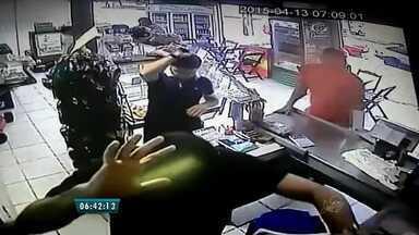 Polícia está a procura de dois homens que assaltaram padaria no Bairro Mondubim - Funcionários e clientes foram vítimas da ação dos bandidos.