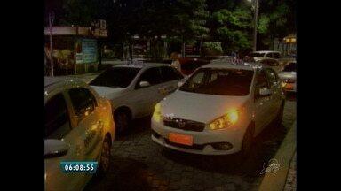 Taxistas fazem mais um protesto em combate à pirataria, em Fortaleza - Motoristas querem também a aprovação de lei que prevê multa de três mil reais para taxistas clandestinos.