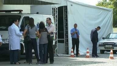 Pacientes reclamam de atendimento em tendas instaladas pela Prefeitura - Muitas pessoas dizem que não conseguem atendimento nas tendas em várias regiões da capital. As tendas foram montadas para dar apoio às AMAs e UBSs no atendimento de pessoas com dengue ou com suspeita da doença.