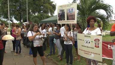 Professores municipais fazem protesto em Salvador - Ato foi na frente da Secretaria de Educação. Entre as reivindicações, categoria pede reajuste salarial.