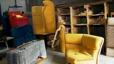 Sofás velhos transformam a vida de desempregados em Diadema - Pessoas que estavam sem trabalho, aprendem a recuperar sofás jogados no lixo e nas ruas da cidade. Além de aprenderem uma nova profissão, ainda ajudam o meio ambiente.