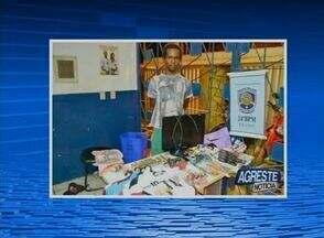 Polícia prende suspeito de roubo em Santa Cruz do Capibaribe - Com ele, foram encontradas duas sacolas com vários produtos roubados.