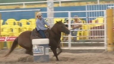 Evento coloca motos e cavalos em arena de rodeiro, em Ji-Paraná - Tradicional prova do tambor foi realizada com motocicletas.