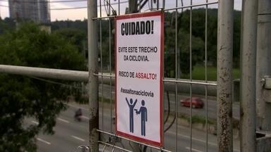 Quatro homens armados assaltam ciclistas na Marginal Pinheiros - Pelo menos quatro ciclistas prestaram queixa. As bicicletas roubadas na ciclovia foram encontradas numa comunidade que fica perto do local.