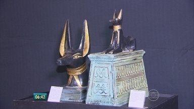 Exposição mostra mistérios da civilização egípcia - Entrada em forma de pirâmide chama a atenção de quem passa.