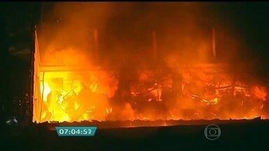 Combate a incêndio no centro de SP já dura quase 10 horas - O fogo começou no domingo (19), no fim da tarde, numa distribuidora de medicamentos e queimou tudo. Nesta segunda-feira (20), os Bombeiros faziam o rescaldo. Ninguém se feriu no incêndio.