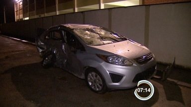 Família morre em acidente de carro na Rodovia Oswaldo Cruz - Um casal e o filho de oito meses morreram no local do acidente. Outras três pessoas ficaram feridas.