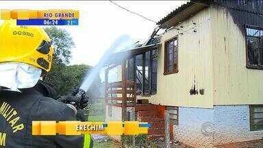 Dois incêndios ocorrem no fim de semana no RS - Duas casas ficaram destruídas e bombeiros investigam as causas.