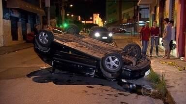 Motorista com sinal de embriaguez atinge carro no Carlos Prates, em Belo Horizonte - Veículo capotou após o acidente. O condutor se recusou a fazer o teste do bafômetro.