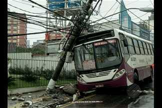 Ônibus bate em poste na avenida José Malcher, em Belém - Acidente aconteceu no domingo, 19. Área ficou interditada durante horas.