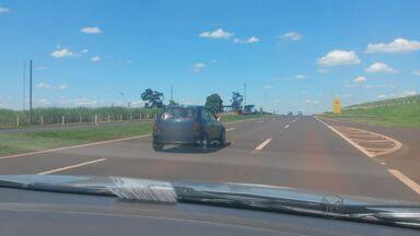 Morador flagra imprudência no trânsito em rodovias da região de Ribeirão Preto - Em uma das situações, passageiro viaja com os pés para fora de veículo.