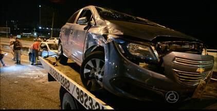 Carro atropela duas pessoas e capota na BR-230 em João Pessoa - O acidente casou congestionamento no local.