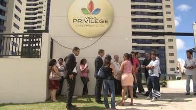 """Proprietários reclamam de atraso de três anos para entrega de condomínio em Salvador - Veja no quadro """"Defesa do Consumidor""""."""